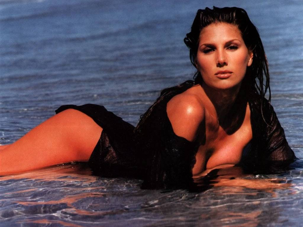 know-daisy-fuentes-s-height-weight