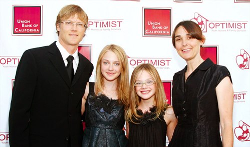 The famous Dakota Fanning and her cute family: parents ...